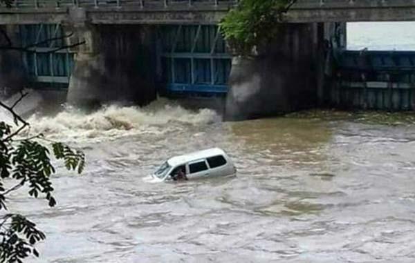 Mobil Kijang Kecebur Sungai Rolak 9 Tarik, Sopir Belum Ditemukan