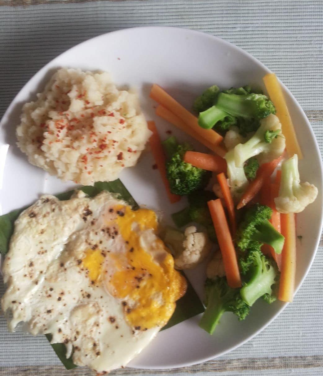 Makan siang super komplit  *mashed potato  *telur panggang *sayur kukus . . . #d...