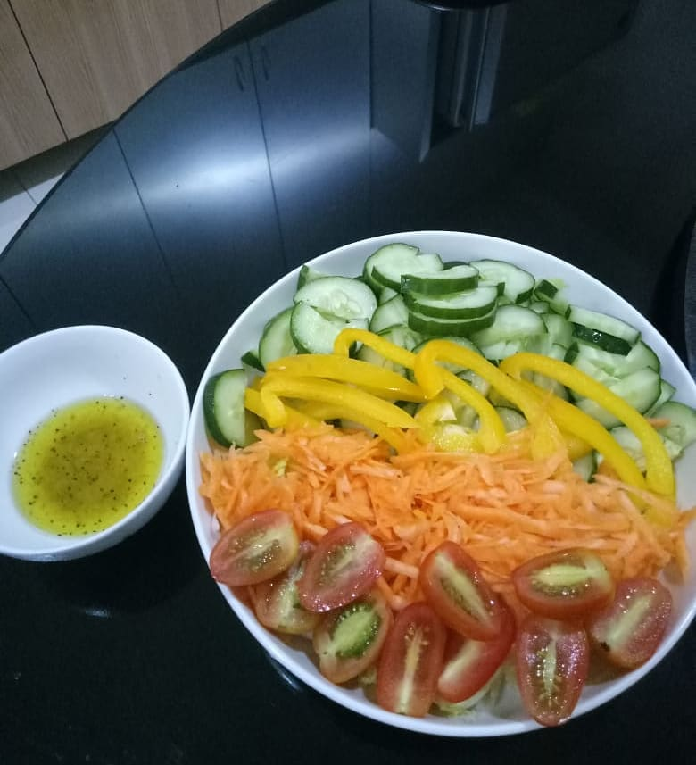 Makan sore sekaligus makan malam emang paling enak dengan salad sayur dressing o...