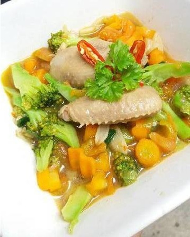 [ Sop Ayam Brokoli Wortel Sehat ] . Bahan-bahan 150 grambrokoli 5 buahwortel 6 p...