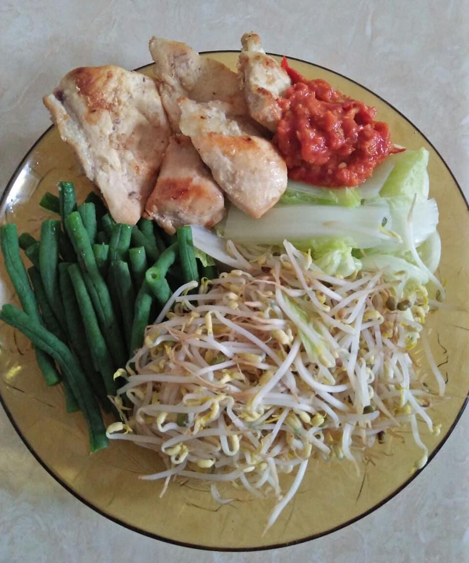 Makan siang disponsori sama yang dikukus-kukus hihihi,  siapa bilang hidup sehat...