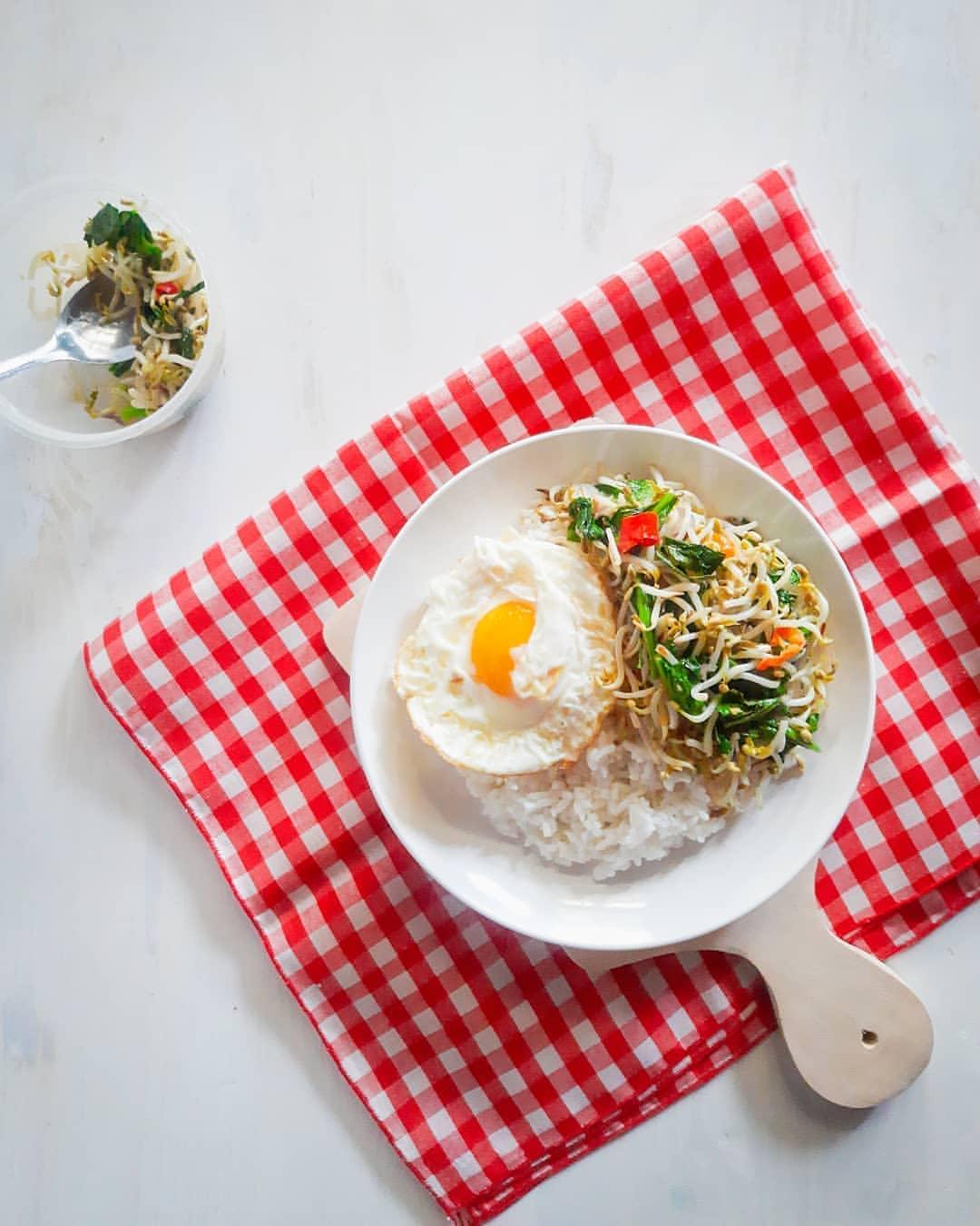TUMIS TAUGE SAWI • Tumis Tauge Sawi. Menu sayur yang menemani telur ceplok biar ...