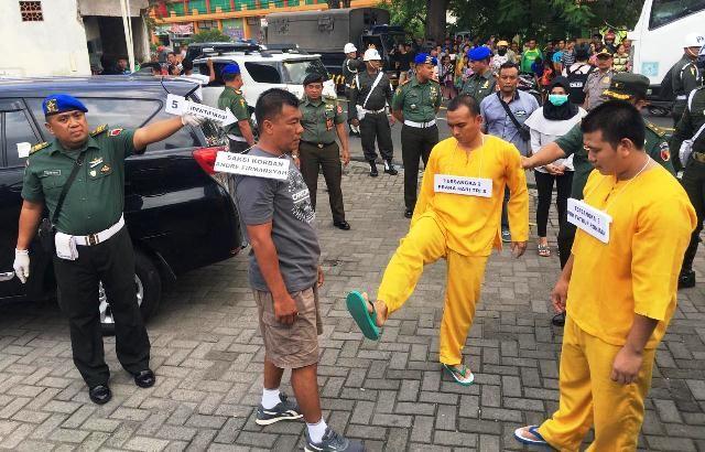 Tiga Tersangka Penusukan di Minimarket Jimbaran Jalani Rekonstruksi