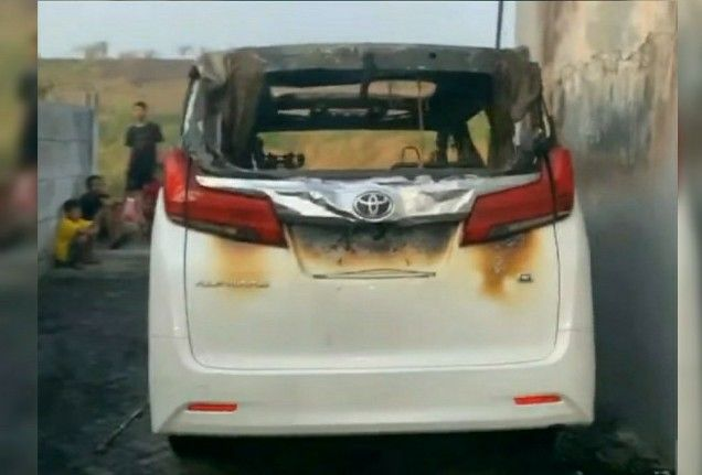Mobil Alphard Via Vallen Dibakar Orang, Pelaku Terekam CCTV