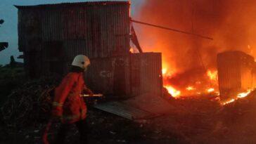 Kebakaran di Gudang Rongsokan Pakal Madya, 5 Unit PMK Diterjunkan