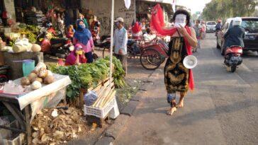 Rusmini Sobo Pasar Ingatkan Masyarakat Pakai Masker